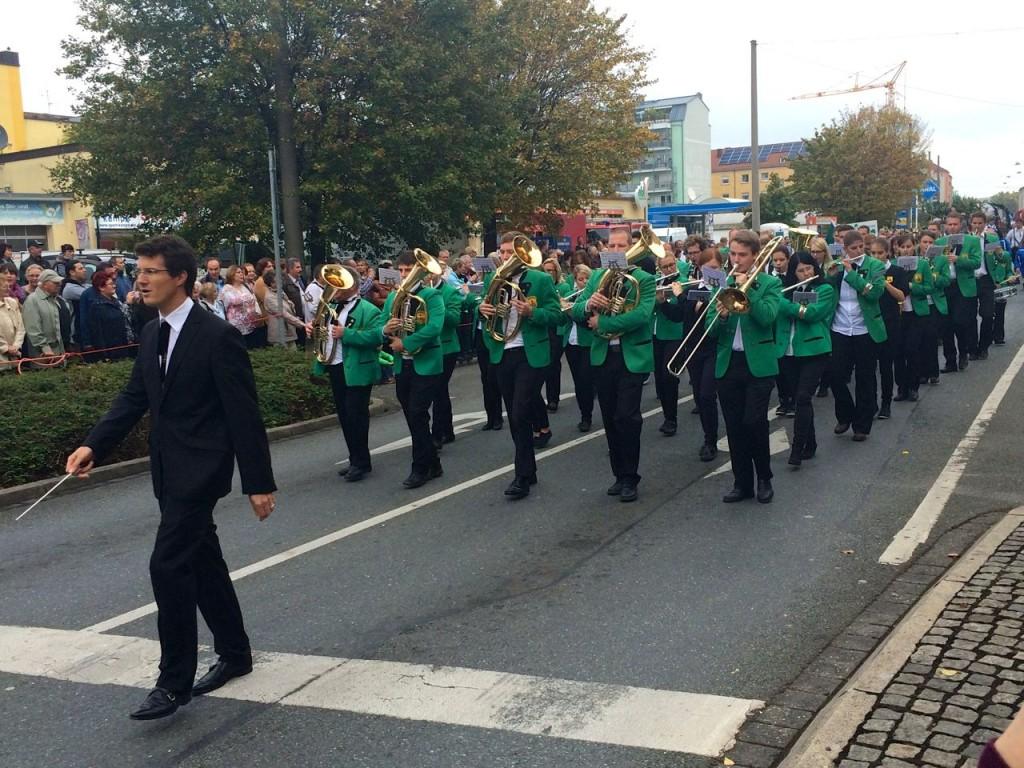 Dirigent und Hauptorchester des Musikzug TSV 1895 Burgfarrnbach marschieren auf dem Erntedankfestumzug 2014 der Michaelis Kirchweih in Fürth. Traditionell führt der Musikzug den Umzug an.